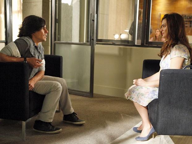 Pedro parece não acreditar que está diante de Elisa (Foto: Amor Eterno Amor/TV Globo)