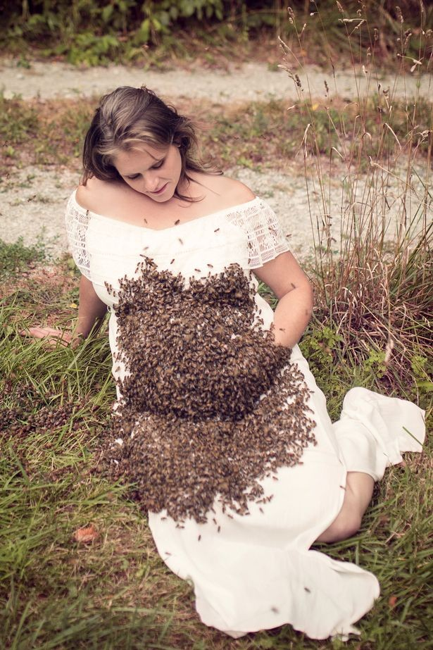 Emily escolheu um vestido longo para que as abelhas não entrasse em contato direto com sua barriga e pernas (Foto: Reprodução Facebook)