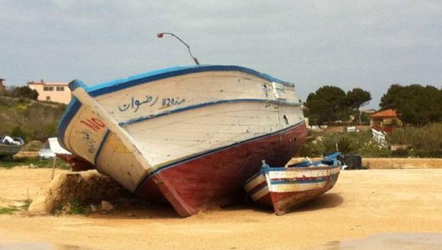 Parte dos imigrantes chega à Itália por Lampedusa, onde muitos botes e barcos são abandonados (Foto: BBC)