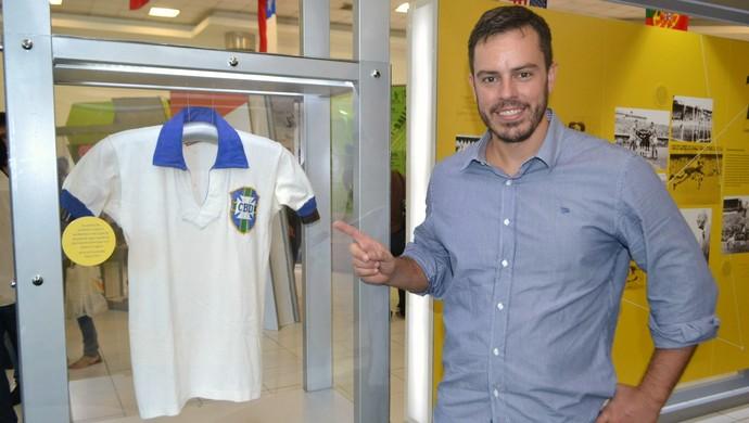 Paulo Gini, colecionador de camisas e objetos sobre Copa do Mundo - exposição em Natal (Foto: Jocaff Souza)