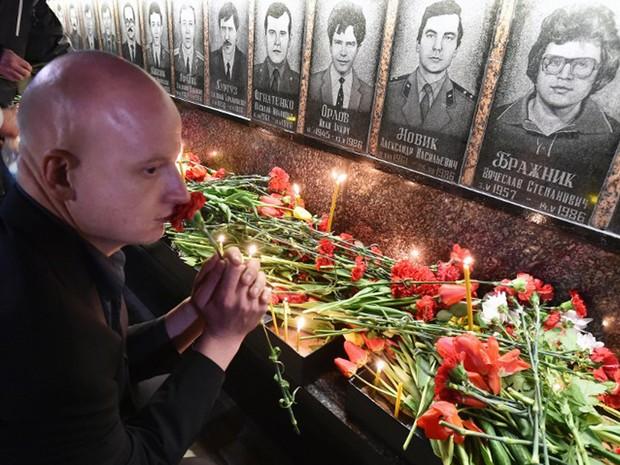 Flores foram deixadas no monumento em Slavutich, na Ucrânia, que fica a cerca de 50 km da antiga usina de Chernobyl (Foto: Genya Savilov / AFP)