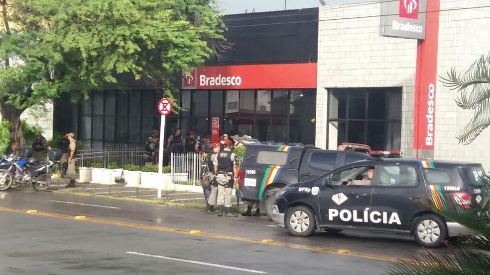 Policiais militares foram acionados após o disparo do alarme de segurança da agência (Foto: Reprodução/WhatsApp)