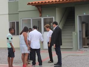 Dilma acompanhada do governador de Pernambuco, Paulo Câmara conhece famílila beneficiada com MCMV em Petrolina (Foto: Juliane Peixinho/ G1)