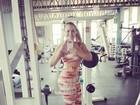 Ex-BBB Paulinha faz pausa no treino para tirar foto e reclama do calor