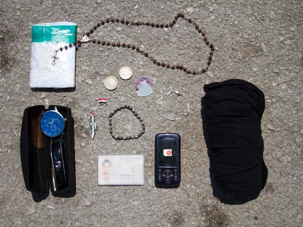Palhete de guitarra e celulares estão entre objetos levados por jovem refugiado à Europa (Foto: Tyler Jump/International Rescue Committee)