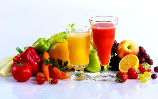 Frutas e copos com sucos das frutas (Foto: Getty Images)