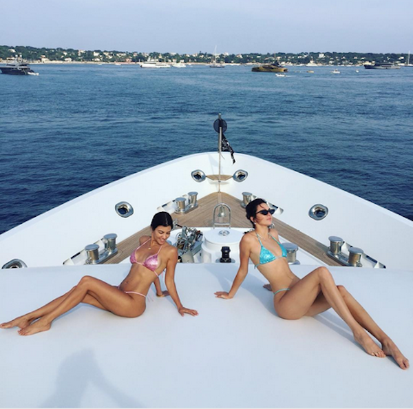 A celebridade Kourtney Kardashian com a irmã Kendall Jenner (Foto: Instagram)