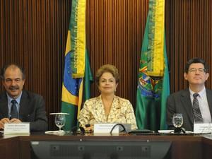 A presidente Dilma Rousseff e os ministros da Casa Civil, Aloizio Mercadante, (esq.) e da Fazenda, Joaquim Levy, (dir.) em imagem de arquivo (Foto: José Cruz/ABr)