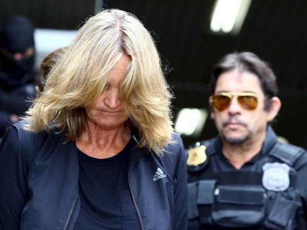 Nelci Warken é escoltada por agentes da Polícia Federal ao deixar o Instituto Médico Legal em Curitiba. Ela foi presa na 22ª fase da Operação Lava Jato (Foto: Rodolfo Buhrer/Reuters)
