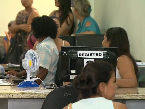 Recepcionistas usam ventilador na sala de espera da UPA em Ribeirão Preto, SP (Foto: Chico Escolano/EPTV)