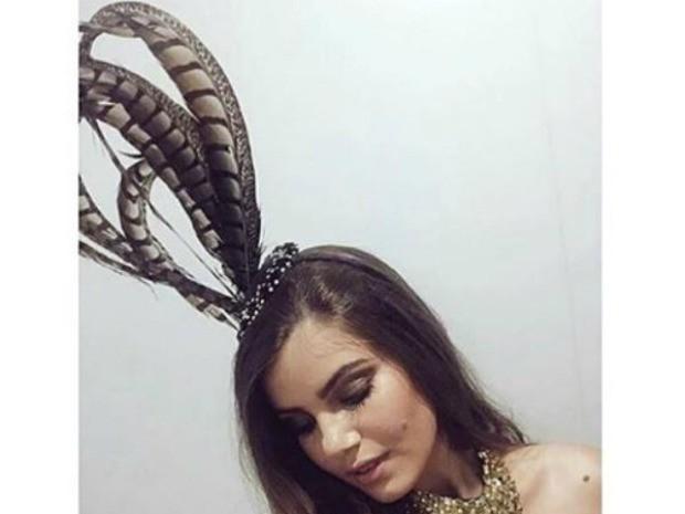 Camila Queiroz mostra acessrio de cabelo no Baile da Vogue (Foto: GNT)