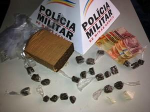 Drogas encontradas com suspeito foram apreendidas (Foto: PM/Divulgação)