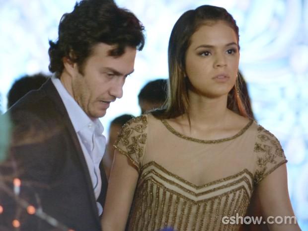 Laerte fica louco de ciúmes de Luiza  (Foto: Em Família/TV Globo)