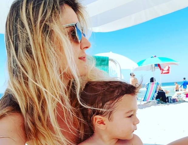 Rafa Brites na praia com o filho Rocco (Foto: reprodução instagram)