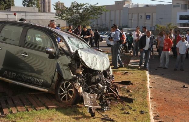 Mulher morre em acidente de carro na Avenida T-10 em Goiânia (Foto: Diomício Gomes/ Jornal O Popular)
