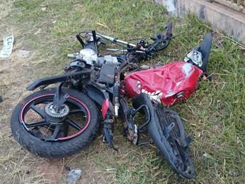 Moto atingida por carro furtado na QNN 10 de Ceilândia (Foto: Polícia Militar/Reprodução)