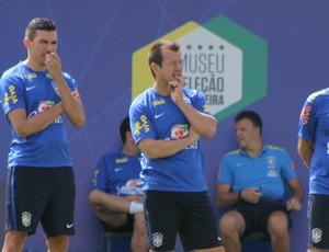 Dunga e Lúcio acompanham treino da Seleção