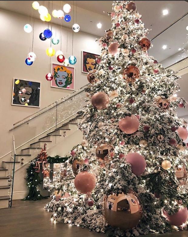 Kylie mostrou a árvore de Natal da sua casa em Calabasas, Califórnia (Foto: Reprodução/Instagram)