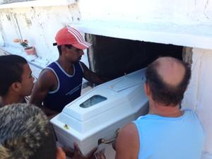 Pai e parentes sepultam a bebê Babrielle, com apenas um ano de idade.  (Foto: Heitor Moreira/G1)