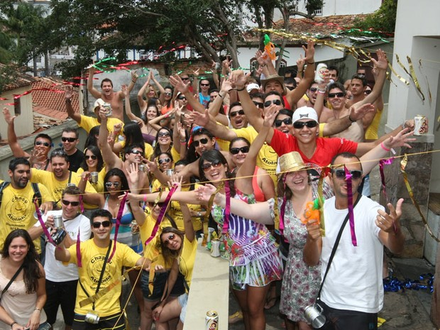 Foliões pulam e se divertem durante o carnaval de rua da cidade histórica mineira de Diamantina (MG). (Foto: Flávio Tavares / Hoje em Dia / Agência Estado)