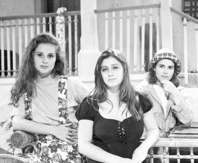 Em 1991, Amora posa ao lado de Daniela Camargo e Bia Seidl nos bastidores de 'Vamp' (Foto: CEDOC)