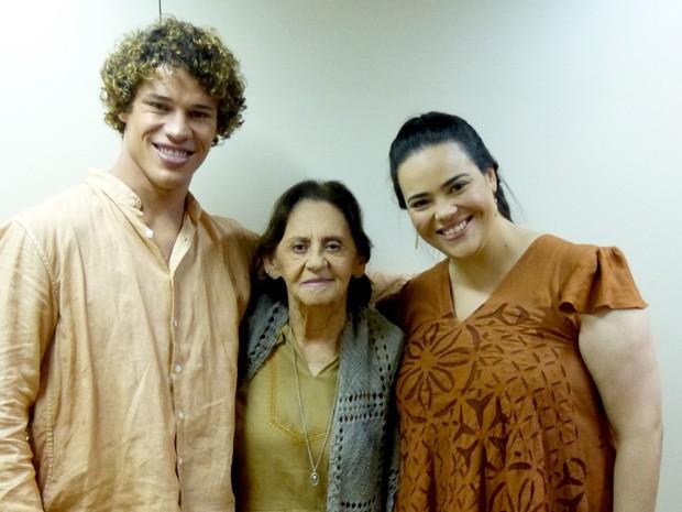 Com experiência de 70 anos de carreira, Laura confessa que adora trabalhar com a juventude (Foto: Flor do Caribe / TV Globo)