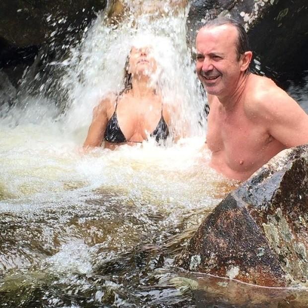 Paula Burlamaqui toma banho de cachoeira com amigos (Foto: Reprodução/Instagram)