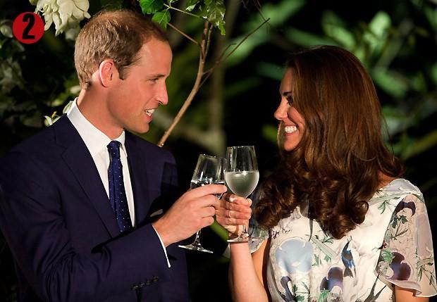 12 de setembro de 2012: Kate Middleton brindou com água após rumores de gestação em visita com William a Cingapura (Foto: AP)