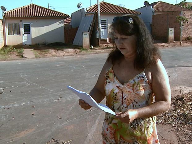 Costureira colhe assinaturas de moradores para tentar resolver o problema (Foto: Ronaldo Oliveira/EPTV)