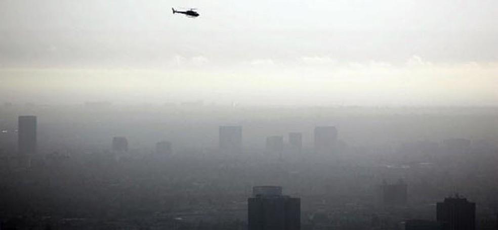 Camada de poluição sobre a cidade de Los Angeles, nos Estados Unidos. Crescimento econômico impulsionou emissões de gases causadores do efeito estufa. (Foto: Gabriel Bouys/AFP)