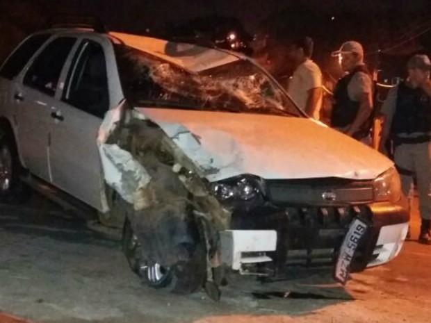 Policial perdeu o controle e invadiu a cerca de uma casa em Cruzeiro do Sul  (Foto: Reprodução/Facebook)