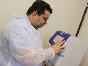 Pesquisador da Embrapa Gado de Corte, Flábio Araújo, desenvolveu teste para diagnóstico da tuberculose (Foto: Dalizia Aguiar/Embrapa Gado de Corte)