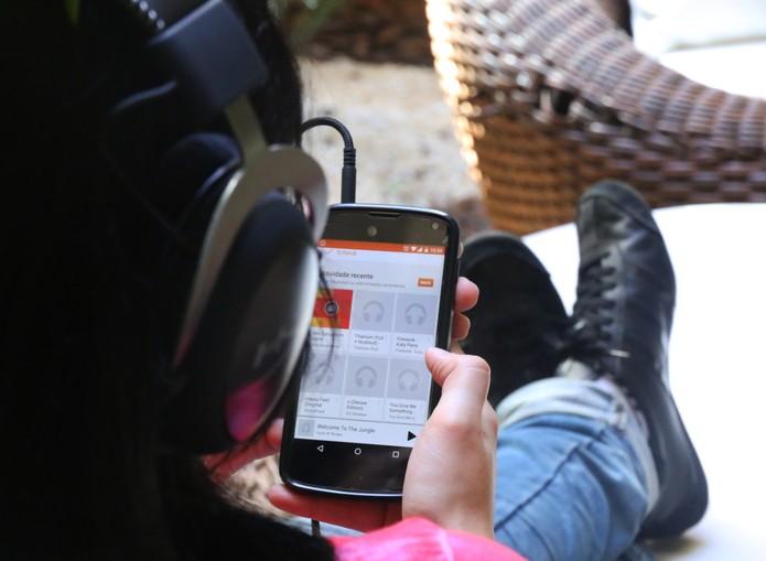 menina-ouvindo-música-home (Foto: Luciana Maline/TechTudo)