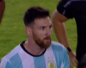 Irritado, Messi bota dedo na cara e não cumprimenta assistente brasileiro