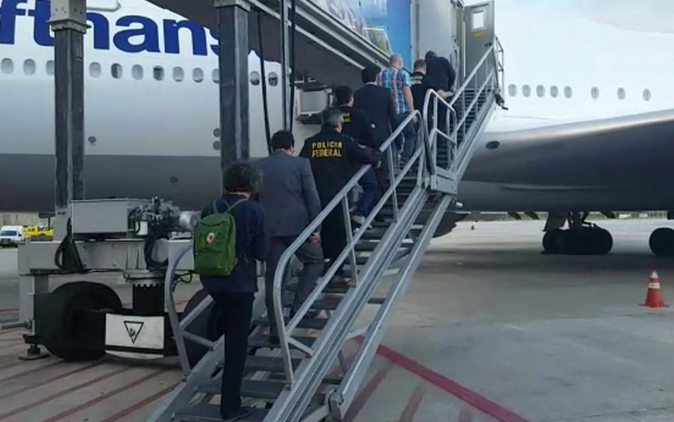 O alemão Stephan Brode sobe para embarcar no avião (Foto: TV Globo/Reprodução)