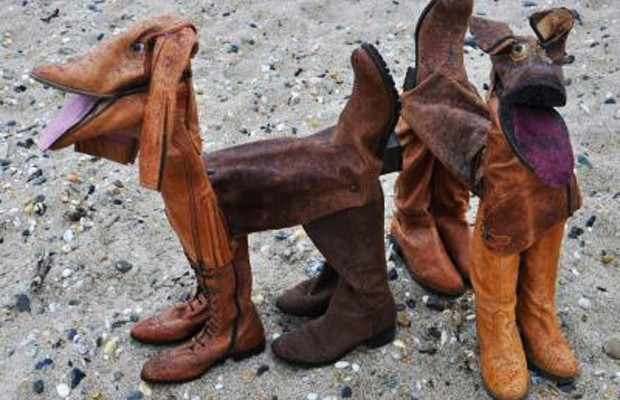 Botas usadas se transformam em obra de arte (Foto: Divulgação)
