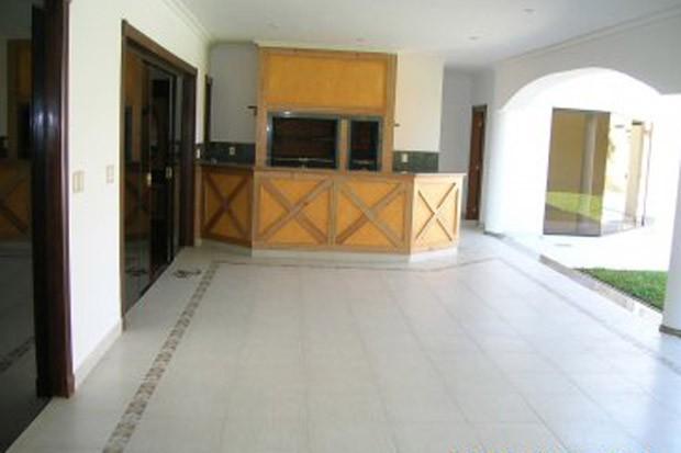 Área externa com churrasqueira na casa onde viveu Roger Abdelmassih em Assunção, no Paraguai (Foto: Divulgação)