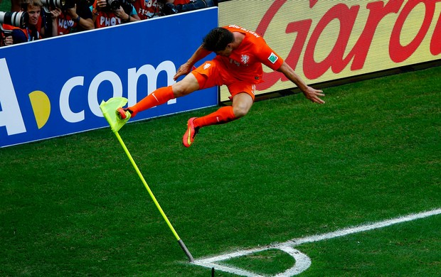 Klaas Jan Huntelaars running jump on the corner flag celebration: The best jokes & pictures