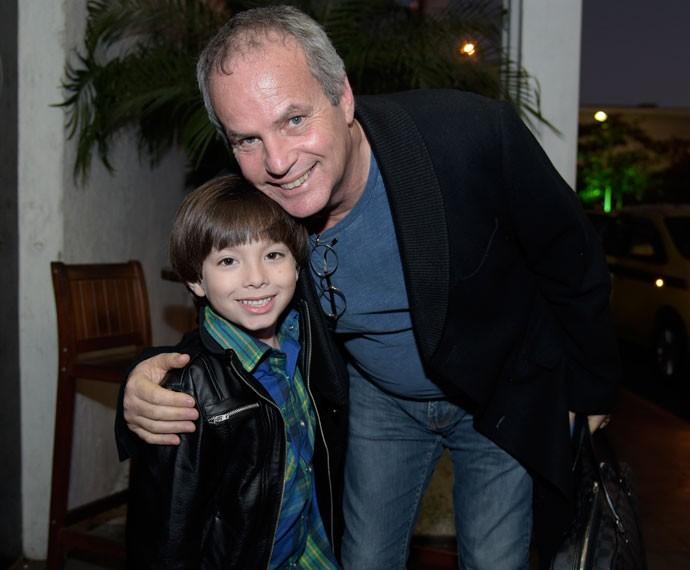 Gabriel Palhares posa ao lado de Jayme Monjardim (Foto: Raphael Dias/ Gshow)