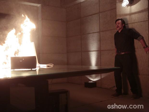 O fogo começa a consumir o local e LC se assusta (Foto: Felipe Monteiro/TV Globo)