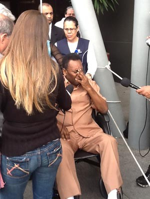 Pele chora ao deixar hospital (Foto: Joanna de Assis)