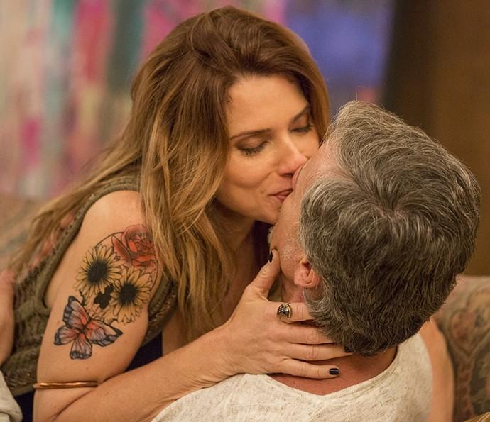 Lenita e Vittorio se beijam na casa da loira (Foto: Felipe Monteiro / Gshow)