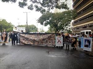 Familiares das vítimas da Kiss trancam a Avenida Borges de Medeiros, na capital (Foto: Fábio Almeida/RBS TV)