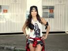 Anitta vai a evento com microshort e sutiã à mostra