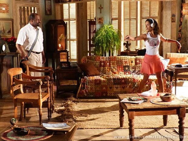 Quirino chega em casa e flagar Nicole ensaiando (Foto: Flor do Caribe / TV Globo)