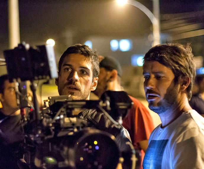 Pigossi revê cena ao lado do câmera Pedro Branciforte (Foto: Artur Meninea/Gshow)