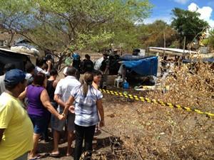 Homem foi assassinado em um terreno invadido, no bairro de Mandacaru (Foto: Walter Paparazzo/G1)