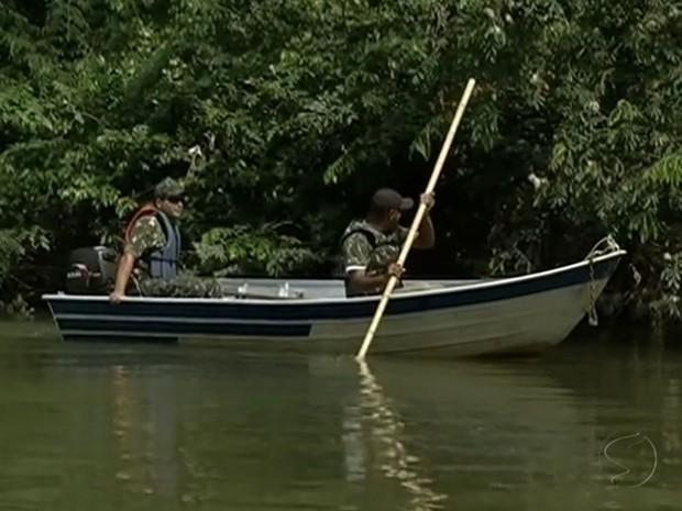 Agentes da Guarda Ambiental procuram redes e equipamentos montados às margens do Rio Paraíba do Sul (Foto: Reprodução/TV Rio Sul)