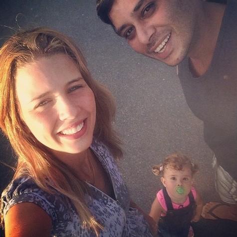 Debby Lagranha com a filha, Maria Eduarda, e o marido, Leandro (Foto: Reprodução)