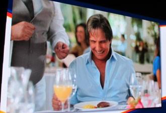 Na propaganda, o cantor aparece com um prato com carne (Foto: Reprodução)